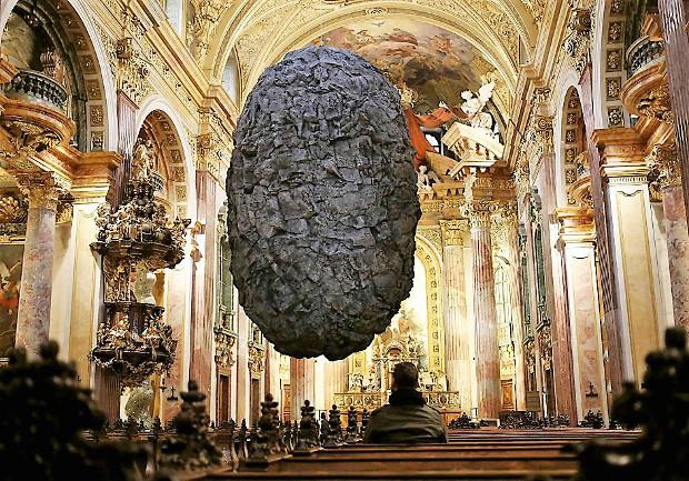 Un masso in chiesa